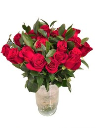Ramo de 24 rosas con flor ruscus