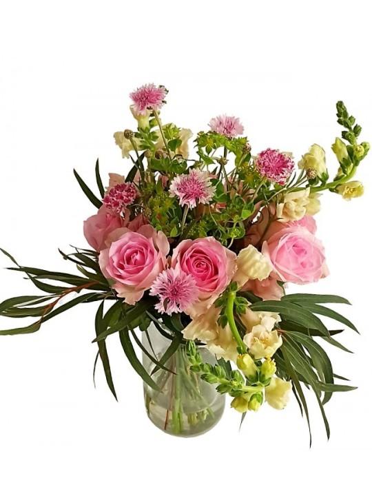 Jarrón de rosas con flores variadas